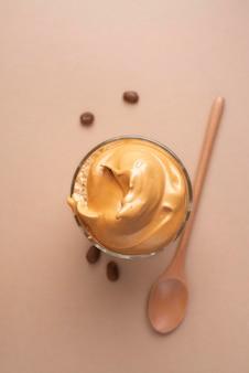 Bovenaanzicht dalgona-koffie