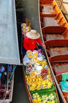 Bovenaanzicht damnoen saduak drijvende markt in ratchaburi in de buurt van bangkok, thailand