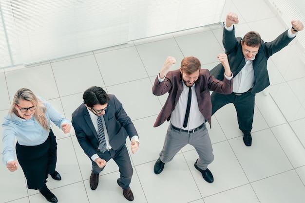Bovenaanzicht dansende groep zakenmensen die samen vieren