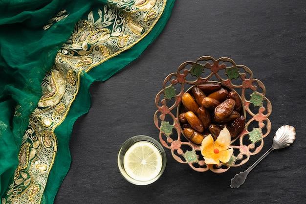 Bovenaanzicht datums en sari-arrangement