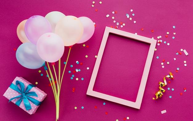 Bovenaanzicht decoratie met ballonnen en frame