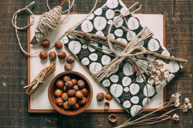 Bovenaanzicht decoratie met cadeautjes en hazelnoten