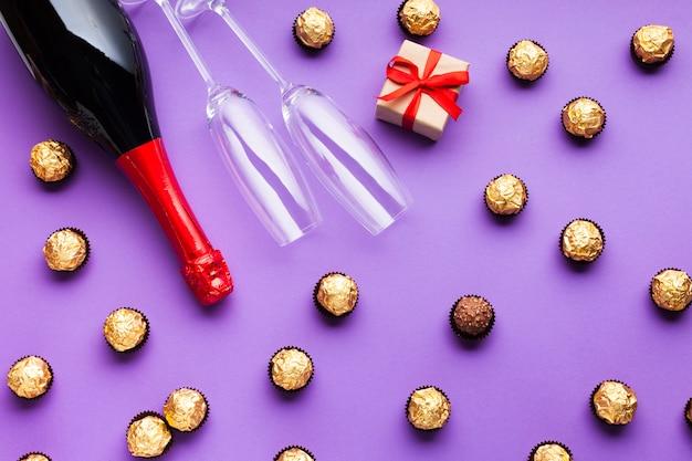 Bovenaanzicht decoratie met chocolade en wijn