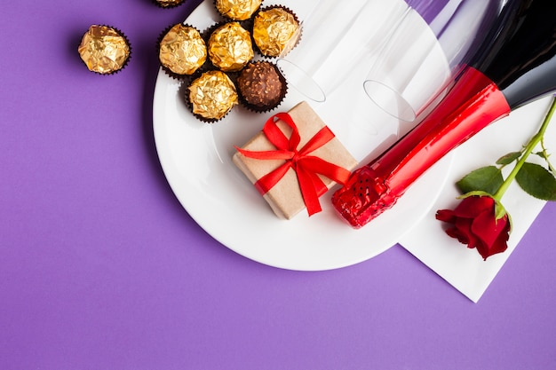 Bovenaanzicht decoratie met chocolade en witte plaat