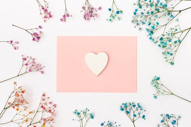 Bovenaanzicht decoratie met envelop en bloemen