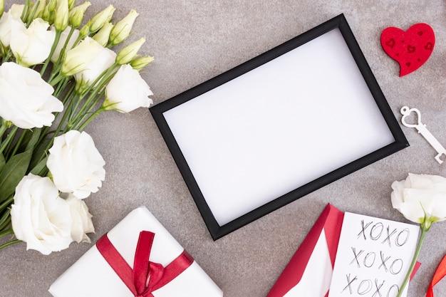 Bovenaanzicht decoratie met frame en bloemen