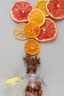 Bovenaanzicht decoratie met gedroogde vruchten plakjes