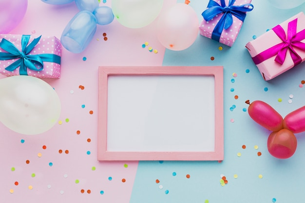 Bovenaanzicht decoratie met geschenkdoos en frame