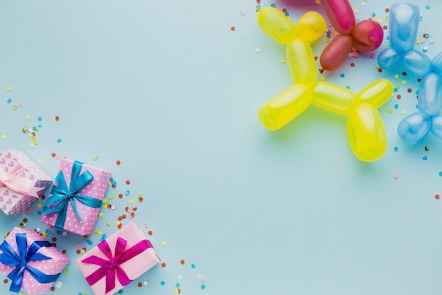 Bovenaanzicht decoratie met geschenkdozen en ballonnen