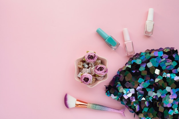 Bovenaanzicht decoratie met make-up kwast en pailletten tas