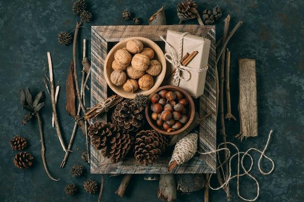 Bovenaanzicht decoratie met noten en dennenappels