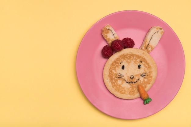 Bovenaanzicht decoratie met pannenkoek konijn