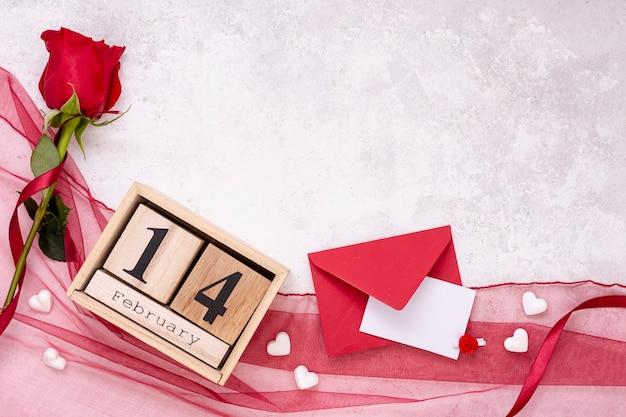 Bovenaanzicht decoratie met roos en envelop
