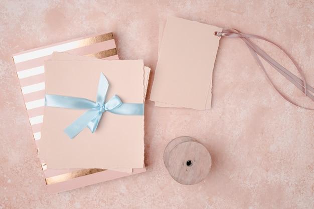 Bovenaanzicht decoratie voor bruiloft met enveloppen