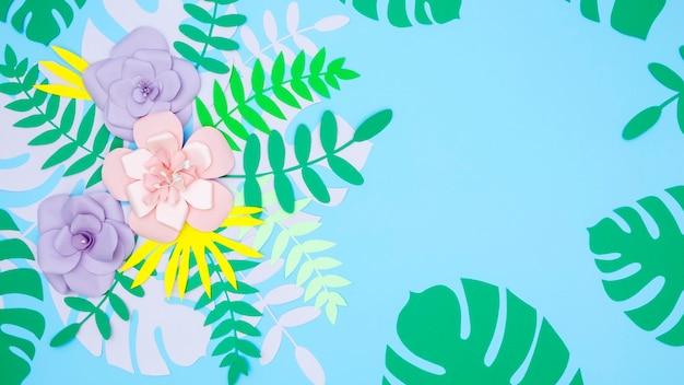 Bovenaanzicht decoratieve papieren bladeren en bloemen