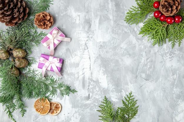 Bovenaanzicht dennenboom takken citroen schijfjes dennenappels op grijze ondergrond