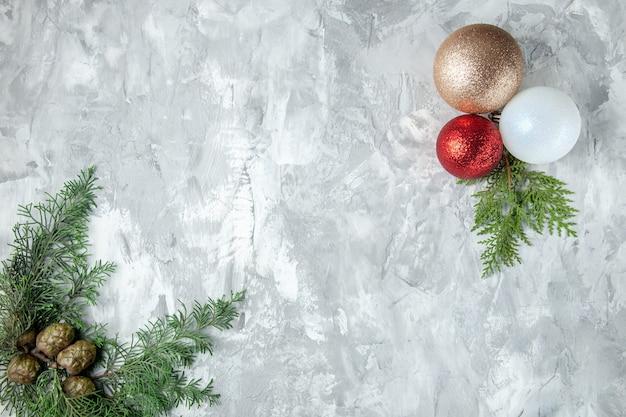 Bovenaanzicht dennenboom takken dennenappels kerstboom ballen op grijze ondergrond
