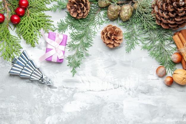 Bovenaanzicht dennenboom takken kegels op grijze achtergrond