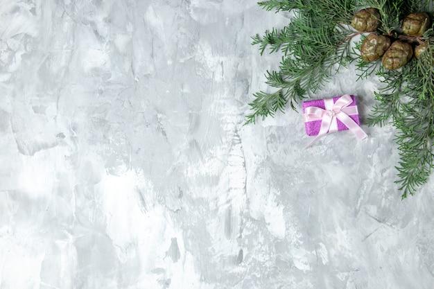 Bovenaanzicht dennenboomtakken op grijs oppervlak