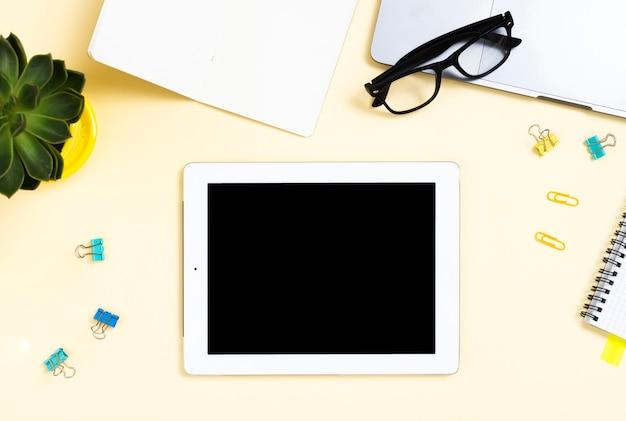 Bovenaanzicht desk concept met een tablet