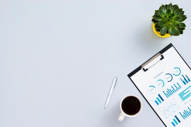Bovenaanzicht desk concept met klembord