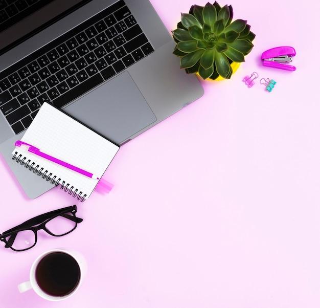 Bovenaanzicht desk concept met laptop
