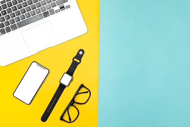 Bovenaanzicht desk concept met mock-up apparaten