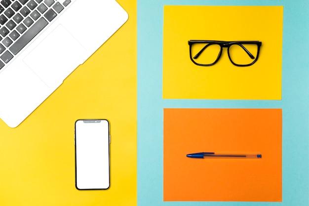 Bovenaanzicht desk concept met mockup smartphone
