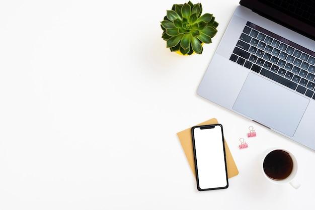 Bovenaanzicht desk concept met model-smartphone
