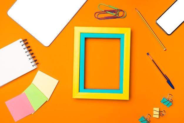 Bovenaanzicht desk concept met oranje achtergrond