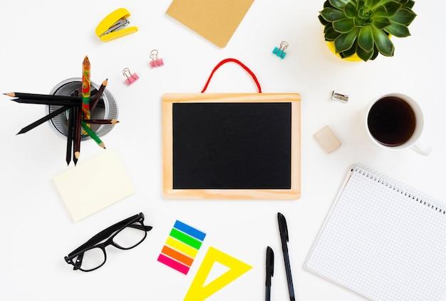 Bovenaanzicht desk concept met schoolbord