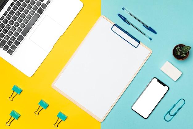 Bovenaanzicht desktop concept met lege klembord