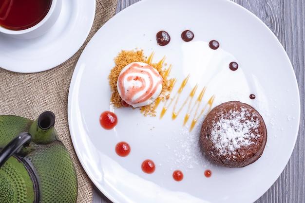 Bovenaanzicht dessert chocolade fondant met ijs