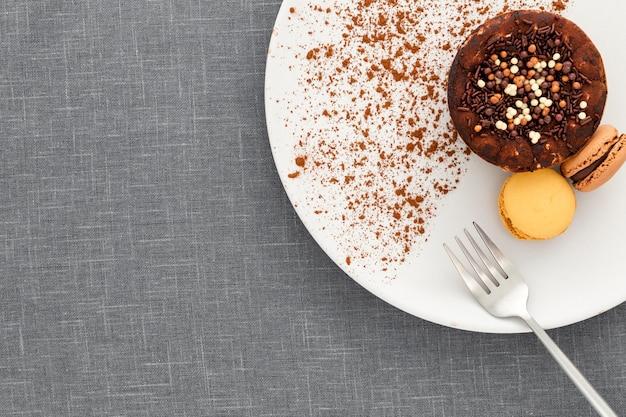 Bovenaanzicht dessert met macarons op plaat