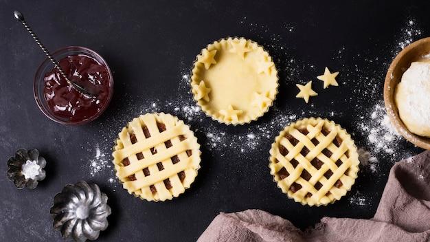 Bovenaanzicht dessert voorbereiding op tafel
