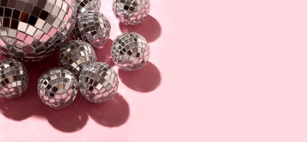 Bovenaanzicht disco bollen met kopie ruimte