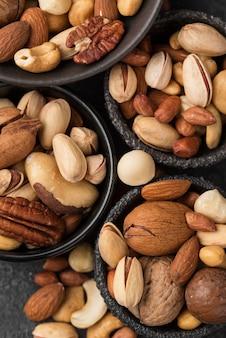 Bovenaanzicht diverse kommen gevuld met noten