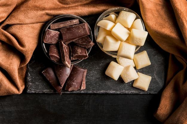 Bovenaanzicht donker arrangement met chocolade