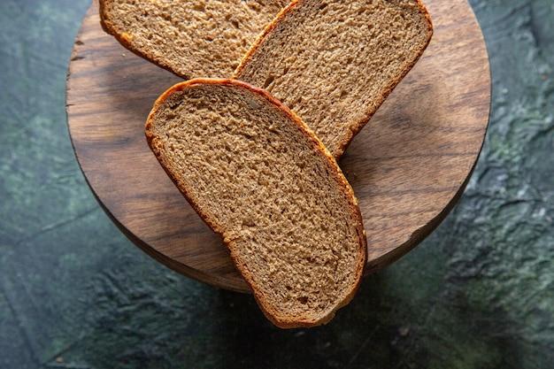 Bovenaanzicht donkere broodbroodjes op donker bureau