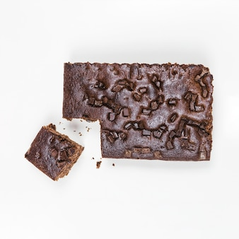 Bovenaanzicht donkere chocoladecake met stukjes