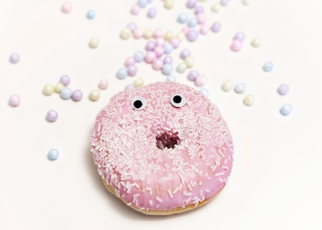 Bovenaanzicht donut met roze glazuur