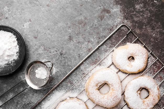 Bovenaanzicht donuts met suikerpoeder