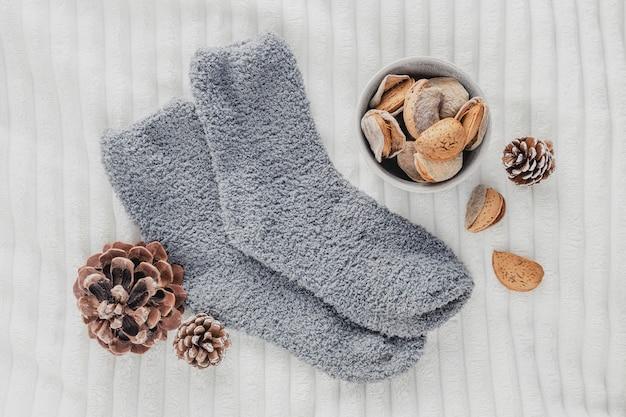 Bovenaanzicht donzige sokken met dennenappels