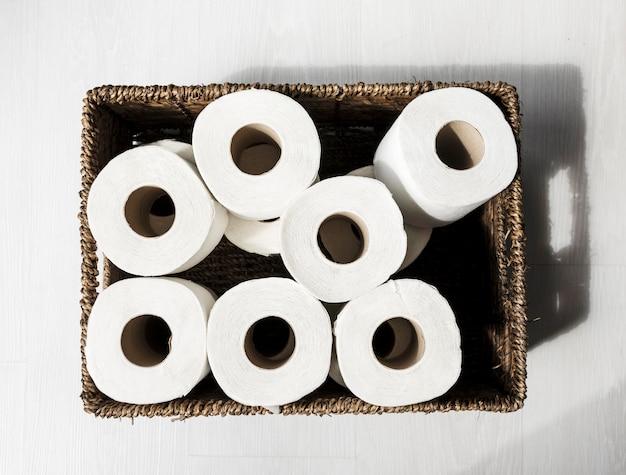Bovenaanzicht doos met rollen toiletpapier