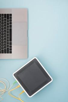 Bovenaanzicht draadloze router in de buurt van laptop