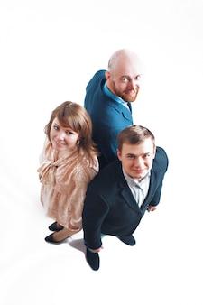 Bovenaanzicht: drie mensen rug aan rug. mannen en vrouwen in pakken