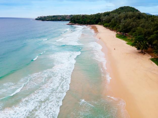 Bovenaanzicht drone actueel strand met wit zand. bovenaanzicht leeg en schoon strand. het mooie strand van phuket is een beroemde toeristenbestemming aan de andamanzee.