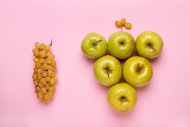 Bovenaanzicht druiven en appels arrangement
