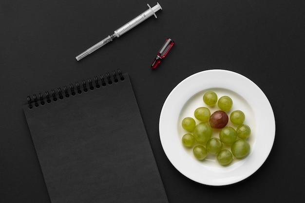 Bovenaanzicht druiven en donkere blocnote