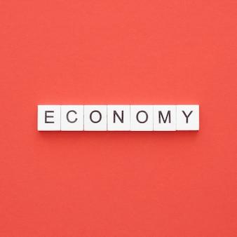 Bovenaanzicht economie woord geschreven op houten kubussen